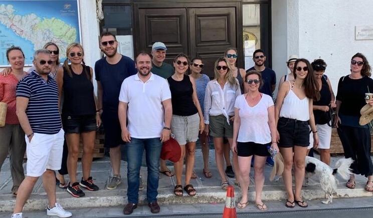 Φίλιππος Φόρτωμας και Μαρέβα Μητσοτάκη σε περιβαλλοντική δράση στην Τήνο